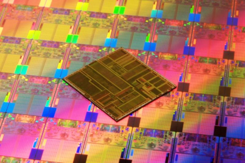Микросхема Intel на подложке