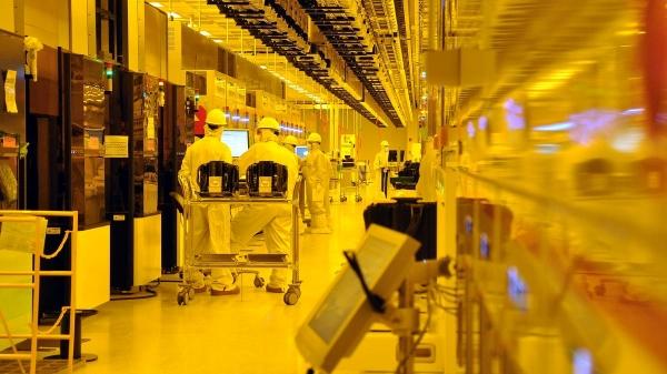 В «чистой комнате» производственного комплекса GlobalFoundries.