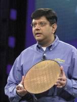 Ананд Чандрасехер (Anand Chandrasekher) показывет 300-мм пластину